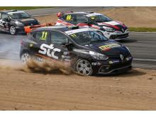 Joel Jern, STC Racing, blev utknuffad i sandfållan, kom tillbaka och vann! Foto: Tony Welam/STCC
