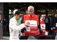 Carl Bildt stöder Röda Korset att samla in pengar till Pakistan