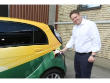 Per Ankersjö laddar elbil med vindkraftsel