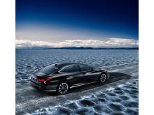 Lexus flaggskeppsmodell, fullhybriden LS 500h snett bakifrån