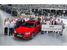 25 år med Audi A4 fejres bla af medarbejderne på fabrikken i Ingolstadt