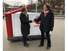 Ordfører Kari Anne Sand (til venstre) og konsernsjef Tone Wille i Posten ser fram til samarbeid om det som kan bli en del av fremtidens postlevering.