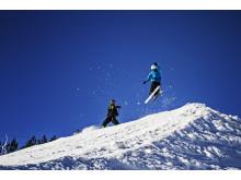 Drenge laver tricks på ski.
