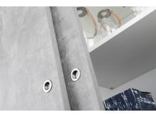 MIrro, skjutdörren Solid med yta av rå betong och runda, infällda hantag i borstad aluminium