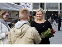 Kjersti Stenseng deler ut roser til velgere_2015_foto_Arbeiderpartiet