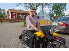 Kjell Boberg på sin motorcykel som han ställer ut på Riksettanrallyt den 30 maj.