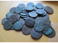 En bunke kobbermønter fundet ved Bjerregaard Strand.