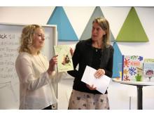 Josefin Sundqvist visar upp sin bok