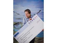 Svante Axelsson från Naturskyddsföreningen tar emot check från GodEls Facebook-kampanj #vemfårmiljonen