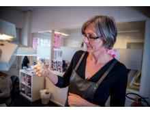 Gullsmed Eva Lofthus er ekspert på rens av bunadssølv