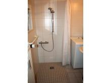 Badzelle mit bodengleicher Dusche mit Duschvorhang