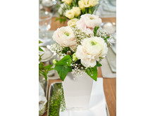 Ein Eyecatcher auf der Festtafel: Frische Rosen im LECHUZA MINI-CUBI