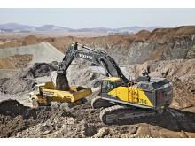 Volvo EC750E grävmaskin i arbete med Volvo dumper