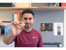 Projektledare Mohamad Bazzi med en lamniform hajtand