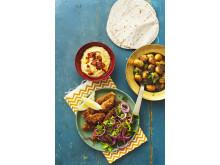 Kryddstarka lammfärsspett med rödlökssallad, olivpotatisar och rökig hummus