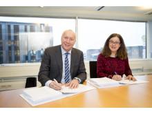 SIGNERTE STORKONTRAKT: Administrerende direktør i Sopra Steria, Kjell Rusti og Marit Forseth, direktør for Utviklings- og kompetanseetaten i Oslo kommune.