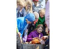 At slagte en høne er en del af oplevelserne på MADlejr