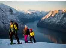 Поход на снегоступах с видом на фьорд