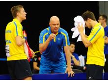 Mattias Karlsson och Kristian Karlsson får råd av Ulf Carlsson på EM 2016