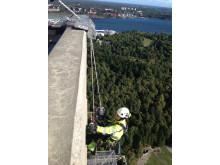 Handnära inspektion av Kaknästornet Stockholm