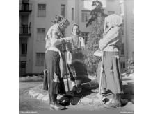NMA.0036962 Tre påskkäringar på påskafton 1947. Solna, Råsunda. Foto Brynolf Hellner, Nordiska museet
