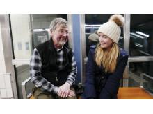 12-åriga Doris med sin farfar Palle. Foto: Malin Aronsson.