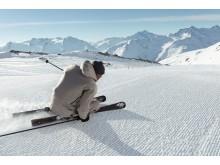 Der Bündner Duri Wieland carvt die Piste auf seinen selbstgebauten Hightech-Ski hinab.