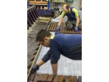 Tegelstenarna placeras ut för hand i gjutformarna