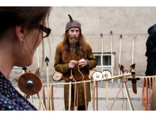 Vikingehåndværker med spyd og skjold