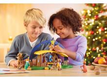 """Der Lichterbogen """"Weihnachtskrippe"""" von PLAYMOBIL eignet sich nicht nur zum Spielen sondern verbreitet auch auf der Fensterbank festliche Stimmung"""