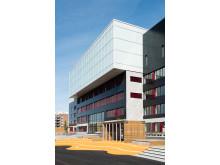 Fasaden på Brynseng skole har integrerte solcellepaneler. Nå ønsker Undervisningsbygg å finne ut hvordan energien fra solcellene kan lagres på best mulig måte.
