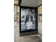 Cornelia Matzke auf einem Plakat an der Bushaltestelle am Hauptbahnhof Leipzig