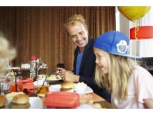 Barn äter gratis i vuxens sällskap
