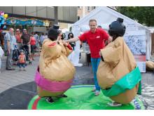 Takedas Auszubildende mit eigenem Stand beim Stadtfest in Singen / Sumo-Ringen