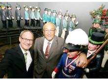 Michael Schmuck und Bürgermeister Herbert Napp am Schützenglockenspiel