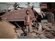 Parvin steht in den Trümmern seines Elternhauses, von dem er bei dem Beben in Nepal verschüttet wurde. Zishaan Akbar Latif
