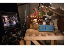 STOP MOTION: Qvisten Animation bruker vanlige speilreflekskameraer til å knipse ett og ett bilde som skal utgjøre filmen. Her fra settet til bakeriet, der landets mest kjente bakefadese snart skal avsløres.  (Foto: TU Story Lab)