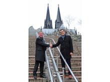 Thomas Keilbar (links) kehrt zurück in die Domstadt und übernimmt von Gordon Kleebaum die Leitung vom ibis Hotel Köln Centrum. Bild: AccorHotels/Claudia Wingens