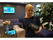 HR-chef Sophia Nilsson med VR-glasögon