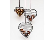 Hjärtan av hönsnät set om 3 st hängande med bruna kulor och band.