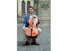Dale Henderson vorm Bach Denkmal an der Thomaskirche, der langjährigen Wirkungsstätte Bachs