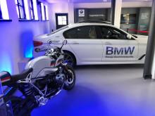Kohteessa esiteltiin messujen ajan BMW:n sähkö- ja hybridiautoja sekä latausjärjestelmiä.