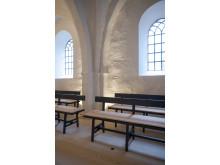 Der er blevet designet nye, elegante bænke til Sdr. Asmindrup Kirke