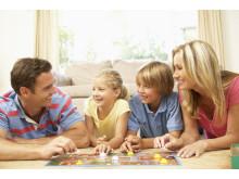 Themenbild_Familie_spielt