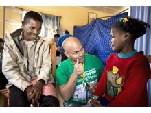 Clara får tummen upp av narkosläkaren Jonas Wanbro, en av Operation Smiles fantastiska volontärer. Nu blir det operation!
