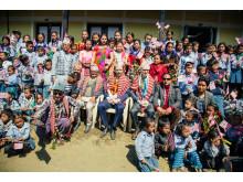 Folkemengde foran skolen - Utviklingsminister Nikolai Astrup åpnet Shree Devitar Basic School i Dolakha i Nepal