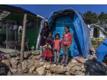 En kvinna från Afghanistan bor med sina barn i ett tält utanför Vial-lägret på Chios.