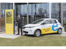 Vor der Unternehmensleitung des Bayernwerks nahm Vorstandsvorsitzender Reimund Gotzel die neue E-Ladesäule in Betrieb.