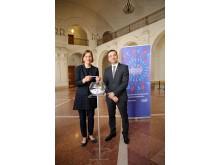 Dr. Skadi Jennicke und Timothy Eydelnant losten zwei glückliche Gewinner, die Leipzig entdecken können