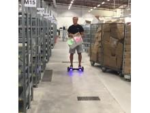 Oliver Ekroth placerar ut produkter på nya lagerplatser